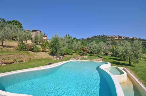 Private swimming pool, villa Ardene, walk to shops